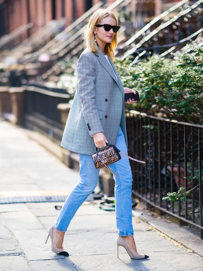 Street Style von Model Rosie Huntington-Whiteley mit Sonnenbrille, Karo-Blazer, Bluejeans und High Heels in New York City | © Getty Images | Lee Stewart Gotham