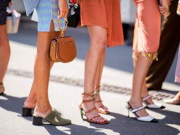 Streetstyles mehrere Besucherinnen der Fashion Week in Paris in kurzen Röcken und High Heels | © Getty Images / Christian Vierig