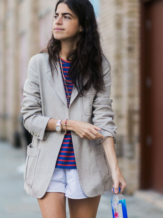 Bloggerin Leandra Medine mit rot-weißem Ringelshirt, beigem Blazer und Shorts in New York | © Getty Images | Christian Vierig