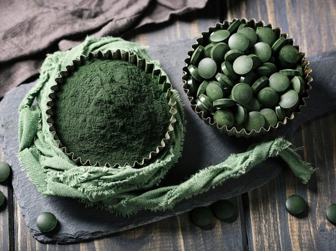 Spirulina, Superfood-Alge in Pulver- und Tablettenform | © iStock | egal