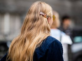 Haarschmuck: Frisuren mit Schleifen, Spangen & Co. | © Getty Images | Christian Vierig