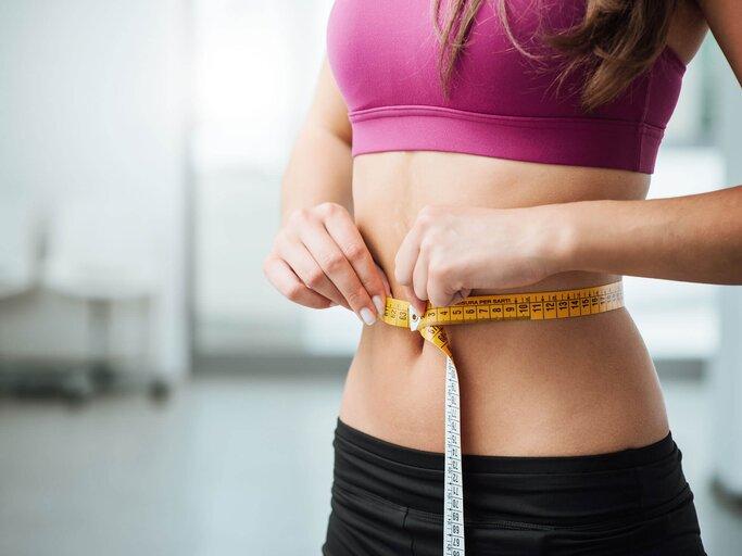 Mädchen aufgebläht Bauch Gefüllter Blähbauch: Symptome