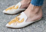 Kurt Geiger Mules mit Lobster-Print | © Getty Images | Christian Vierig
