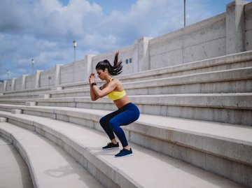 Frau macht Bodyweight Übung, Jumping Squat | © iStock | wundervisuals